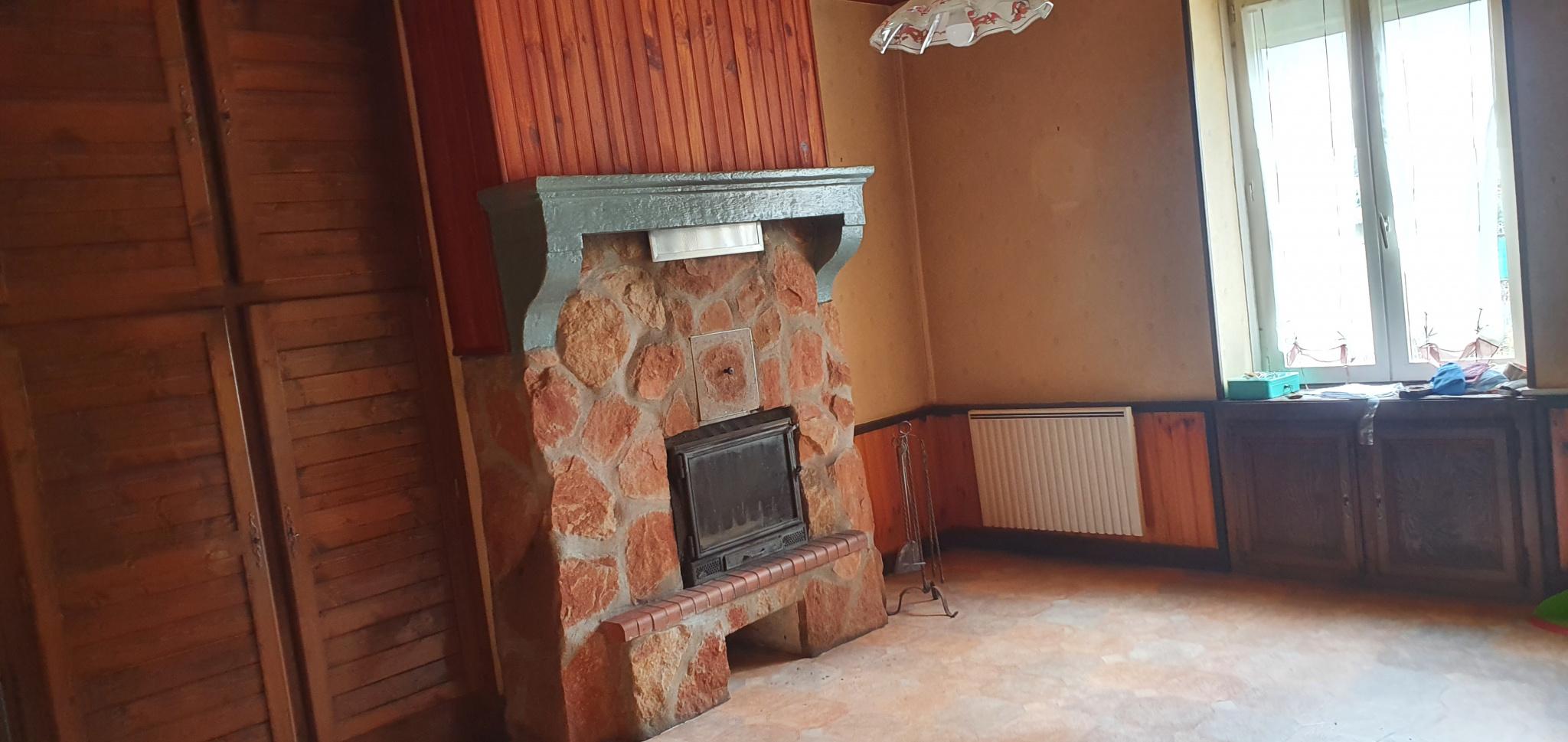 Grande pièce accolée a la cuisine , sa cheminée avec insert  le tout fait 27m²