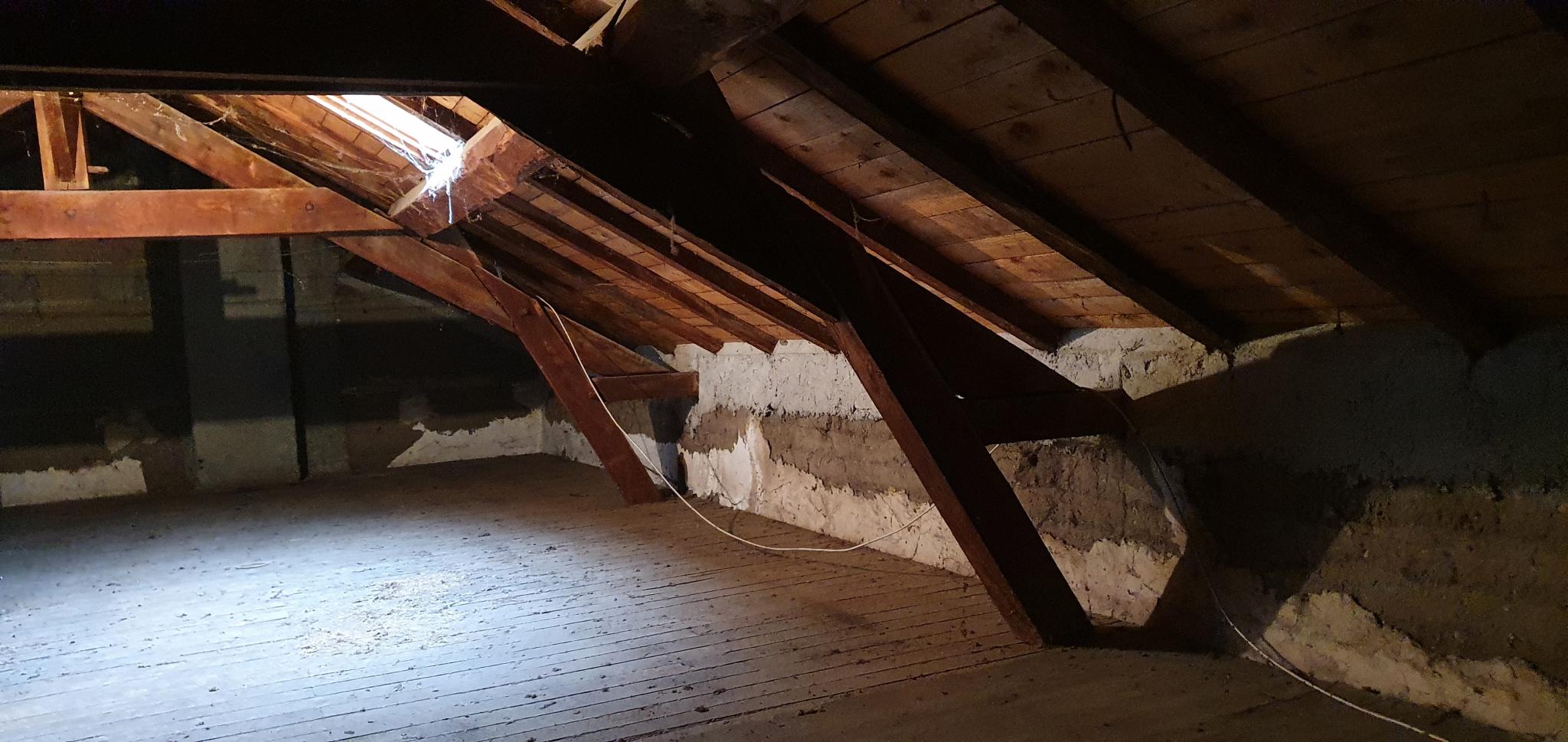 Grand grenier de 40.70m² aménageable avec charpente traditionnelle